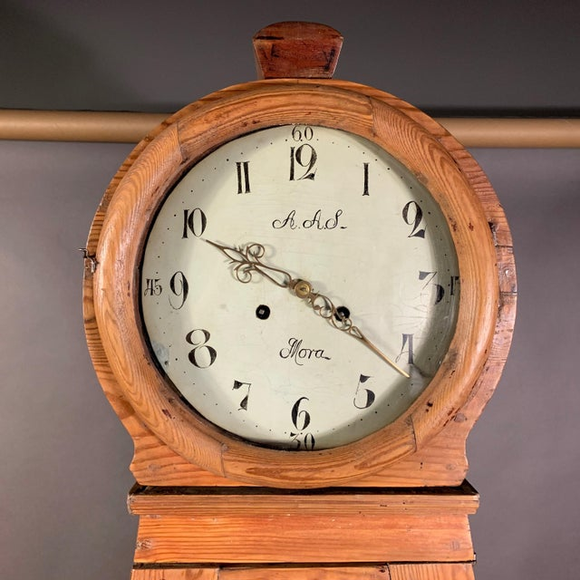 In the best Scanian tradition, this Swedish Mora longcase clock c1810 is made with a typical pinewood case and painted...