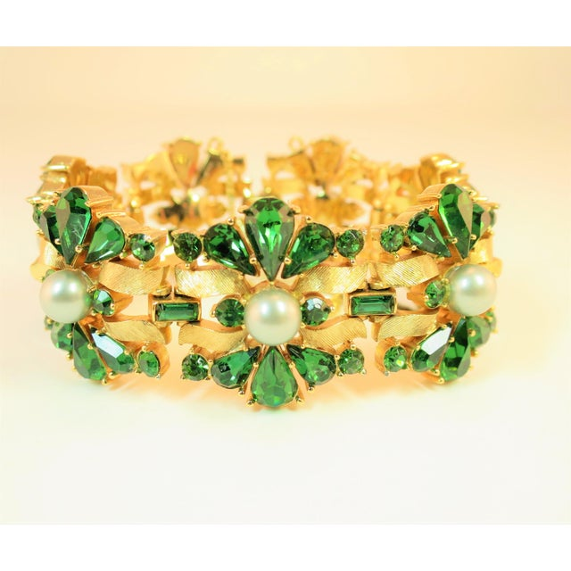 Metal Crown Trifari Alfred Philippe Gilded Rhodium Bracelet EmErald Crystals 1950s For Sale - Image 7 of 13