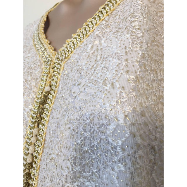 Moroccan Vintage Caftan in White and Gold Lace 1970s Kaftan Maxi Dress Large For Sale - Image 4 of 9