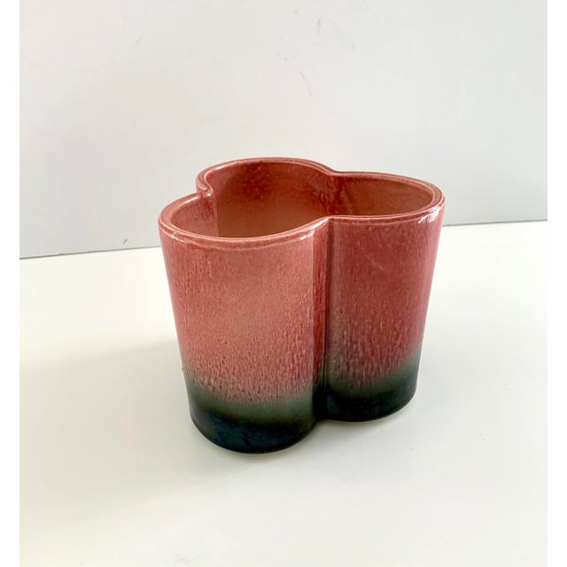 1950s Vintage Hull Pottery Trefoil Cachepot in Raspberry Green Ombre For Sale - Image 12 of 12