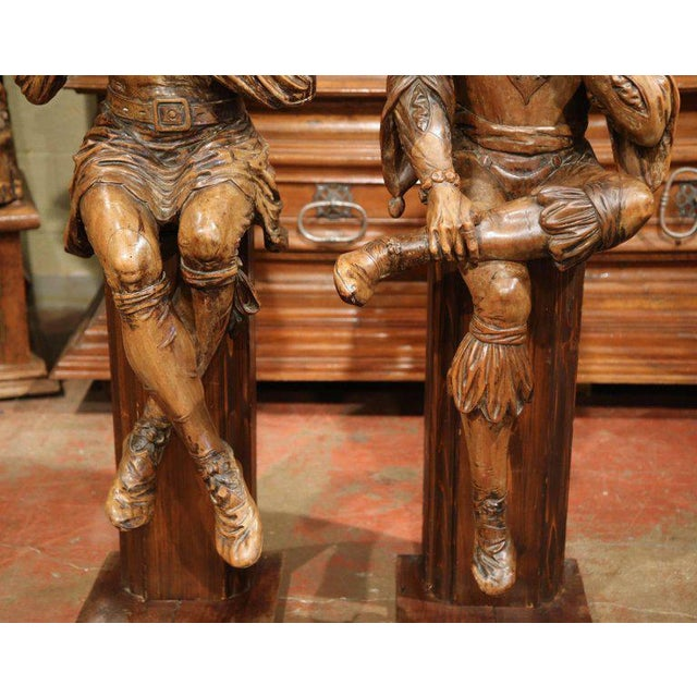 """Mid-18th Century """"The Cards Players"""" Italian Carved Walnut Statues - A Pair For Sale - Image 4 of 10"""