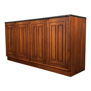 Broyhill Sculptra Mid-Century Modern Walnut Credenza / Tv Stand With Slate Top For Sale