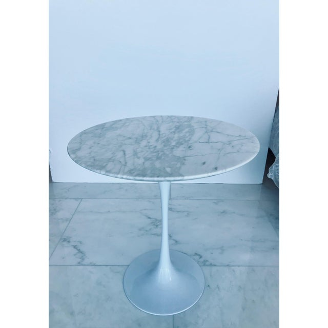 Iconic Mid-Century Modern Tulip Side Table in Carrara Marble For Sale - Image 11 of 13