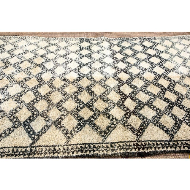White Vintage Moroccan Beni Ouarain Shaggy Tribal Rug North Africa For Sale - Image 8 of 9