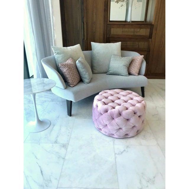 Hollywood Regency Chic Hollywood Regency Tufted Ottoman in Blush Velvet Pink For Sale - Image 3 of 12