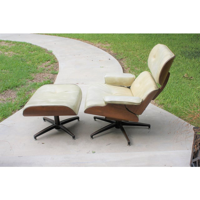Boho Chic Mid-Century Modern Eames-Style Naugahyde Upholstered Walnut Laminated Lounge Chair and Ottoman For Sale - Image 3 of 13