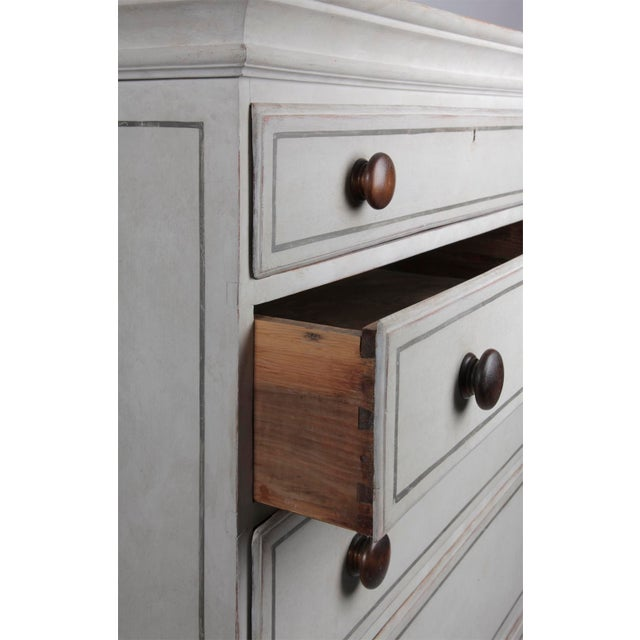 Traditional 19th Century Traditional White Painted Chest of Drawers With Wooden Knobs For Sale - Image 3 of 8