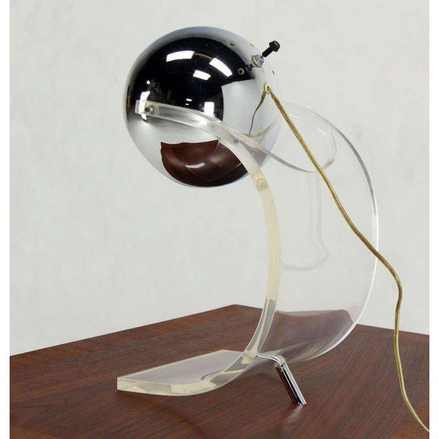 Mid-Century Modern Chrome Globe and Lucite Base Mid-Century Modern Table Lamp For Sale - Image 3 of 6