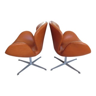 Pair of Vintage Arne Jacobsen Fritz Hansen Swan Chairs For Sale