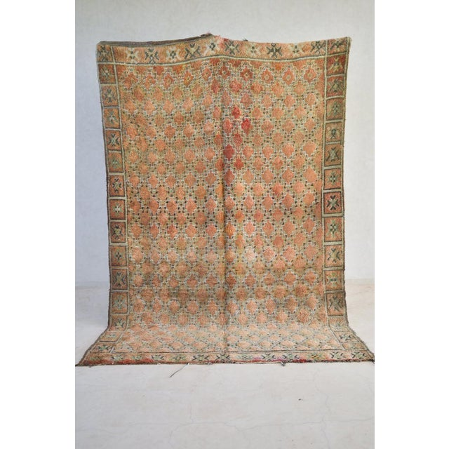 """Item details Vintage from the 1980s Material wool BENI MGUILD Size:9'5""""x6'3"""" AC 210 The large, archaic looking, white-..."""