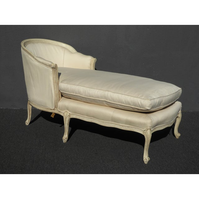 French Provincial 1970s Vintage French Provincial Style White Chaise Lounger Settee For Sale - Image 3 of 12