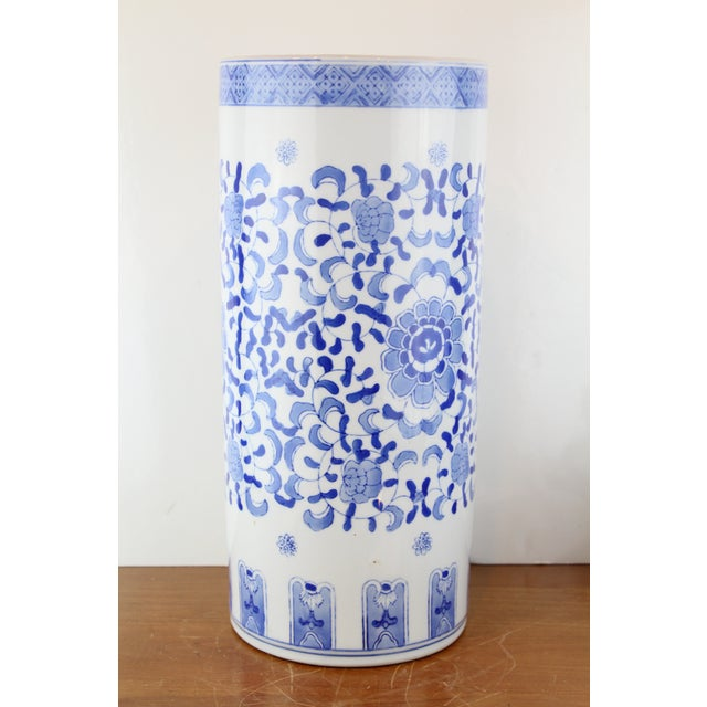 Vintage Chinese Cylindrical Urn For Sale In New York - Image 6 of 6