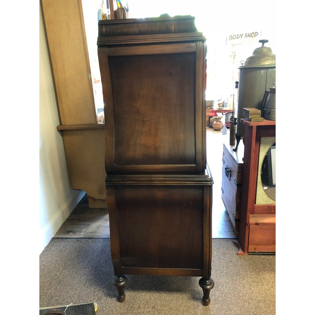 Beautifully detailed 1930's Art Deco Chest with Drawers. It has 5 drawers which are nice and deep for ample storage....