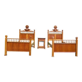 Vintage Lexington Betsy Cameron Victorian Bedroom Set Pair Twin Beds & Nightstand For Sale