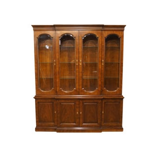20th Century Traditional Henredon Furniture Mahogany Breakfront China Cabinet For Sale