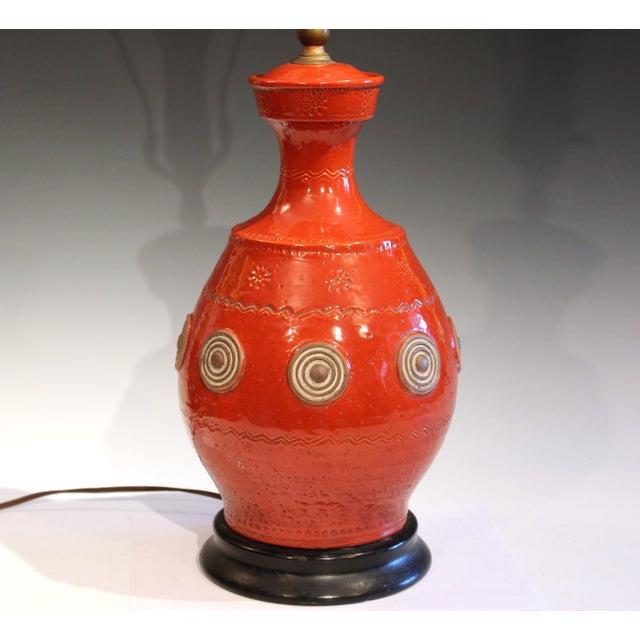 Orange Italian Rimini Raymor Mid-Century Modern Pottery Zaccagnini Red Orange Lamp For Sale - Image 8 of 11