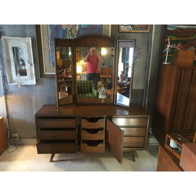 1960s Mid-Century Modern United Furniture Lowboy Dresser With Trifold Mirror - 2 Pieces For Sale In Chicago - Image 6 of 8
