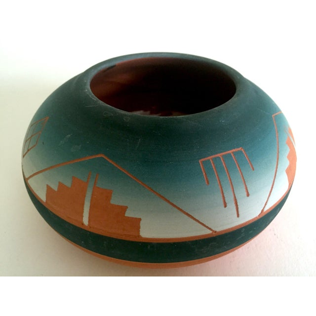 Vintage Signed Native American Sioux Swallow Teal Ombre Terra Cotta Etched Vase For Sale - Image 4 of 11