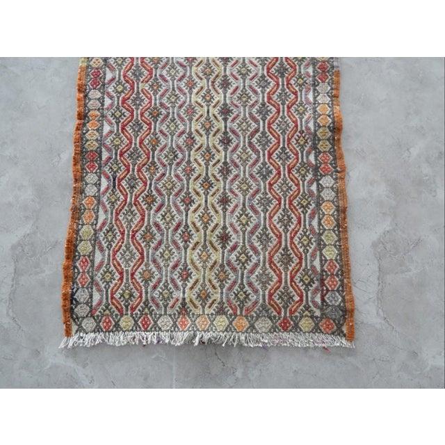 1970s Handwoven Turkish Kilim Rug Pastel Colors Area Rug Petite Braided Kilim 1′6″ × 2′10″ For Sale - Image 5 of 8