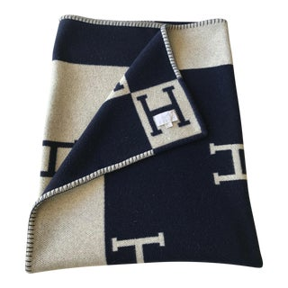 Classic Hermès Avalon Cashmere Wool Blanket - Navy - Ecru For Sale