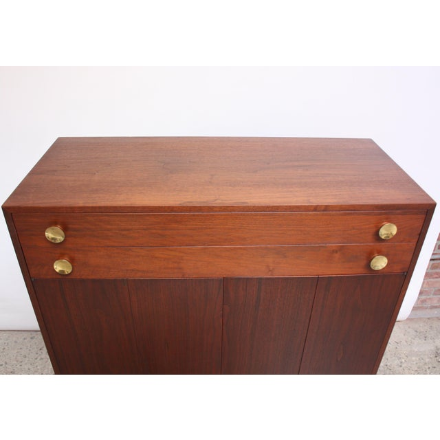 Midcentury Walnut and Brass Gentleman's Chest after Paul McCobb For Sale In New York - Image 6 of 9