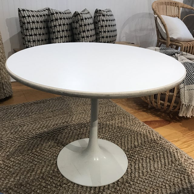 White 1960s Mid-Century Modern Tulip Side Table For Sale - Image 8 of 10