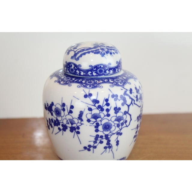 Chinese blue and white flower pattern small ginger jar in modern style. Circa late 1900s.