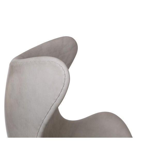 Fritz Hansen Gray Leather Egg Chair and Ottoman by Arne Jacobsen for Fritz Hansen For Sale - Image 4 of 7