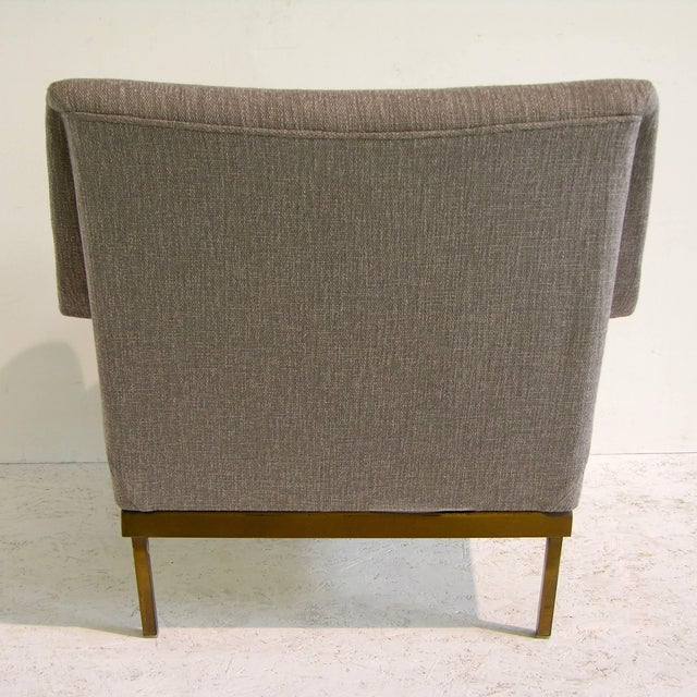 Brass 1970s Arflex Italian Brass Base Two-Tone Pepper Cream and Taupe Gray Armchair For Sale - Image 7 of 13