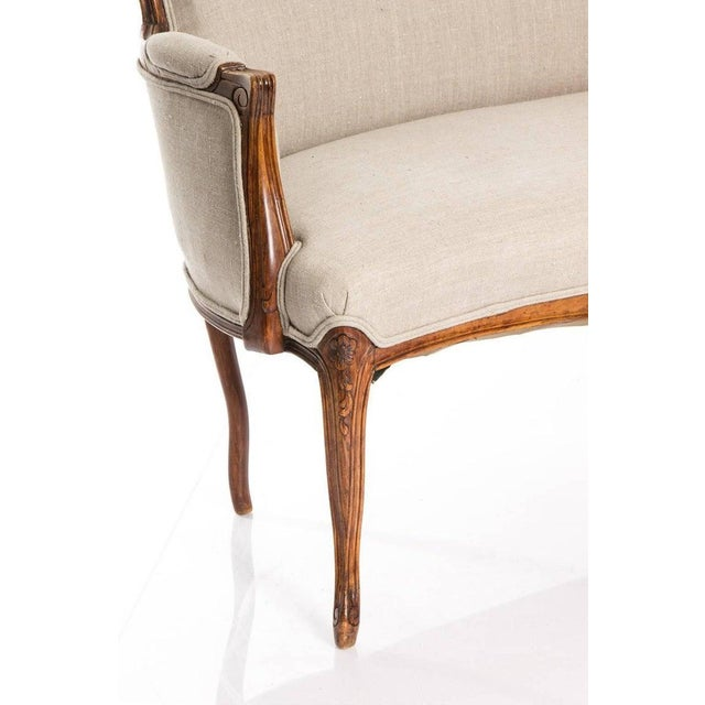 Antique Louis XV Style Walnut Settee in Ivory Linen For Sale In New York - Image 6 of 10