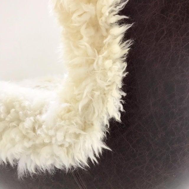Arne Jacobsen for Fritz Hansen Egg Chair Restored in Brazilian Sheepskin and Leather For Sale In Saint Louis - Image 6 of 10