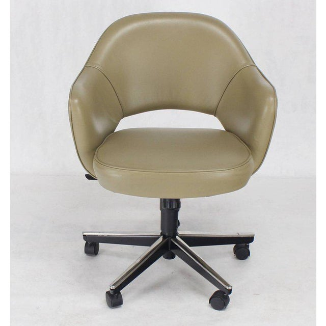 Set of Six Olive Leather Knoll Saarinen Executive Bucket Chairs For Sale In New York - Image 6 of 10