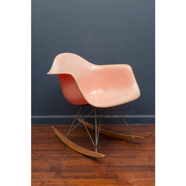 First edition pink/salmon fiberglass RAR rocker designed by Charles Eames for Zenith products. Excellent condition rope...