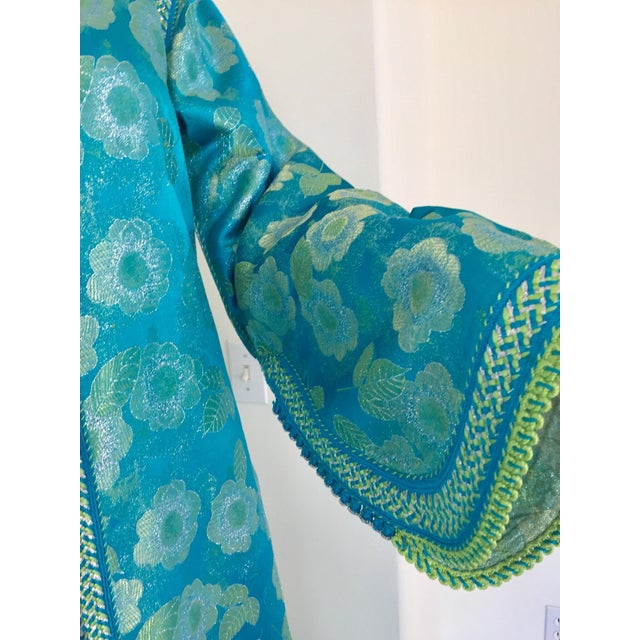 Metal Moroccan Kaftan in Turquoise and Gold Floral Brocade Metallic Lame For Sale - Image 7 of 12