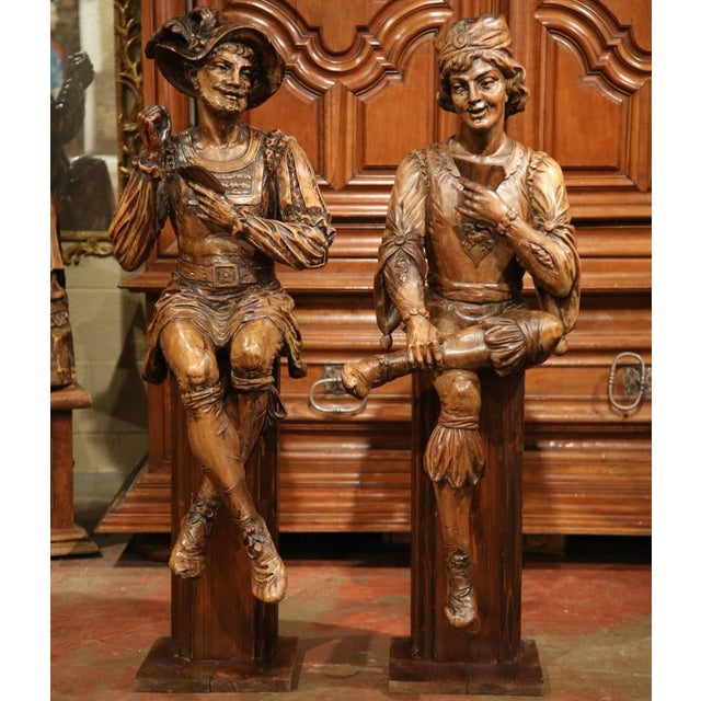 """Mid-18th Century """"The Cards Players"""" Italian Carved Walnut Statues - A Pair For Sale - Image 5 of 10"""