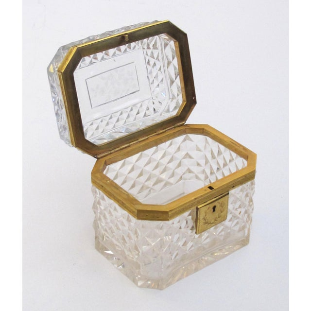 1900 - 1909 An Exquisite Antique Baccarat Diamond-Cut Crystal Vanity Box With Dore Bronze Mounts For Sale - Image 5 of 9