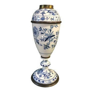 Early 20th Century Blue Onion Flower Old German Meissen Porcelain Oil Lamp For Sale