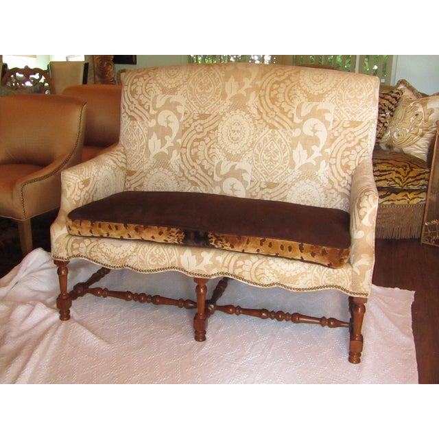 Casual elegant settee by Southwood. This settee features a damask fabric upholstery in cream /tan. The seat cushion is...