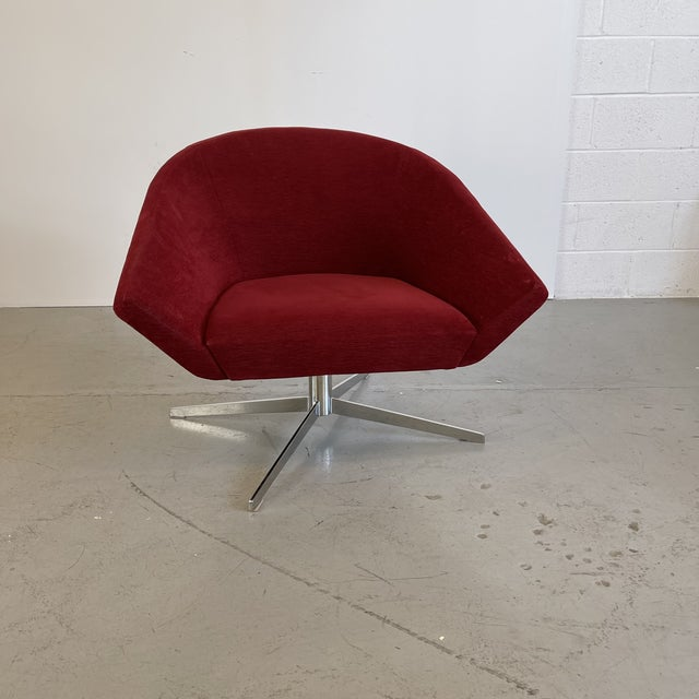 This sleek modern lounge chair with angled armrests and curves make this gorgeous accent piece a showstopper and...
