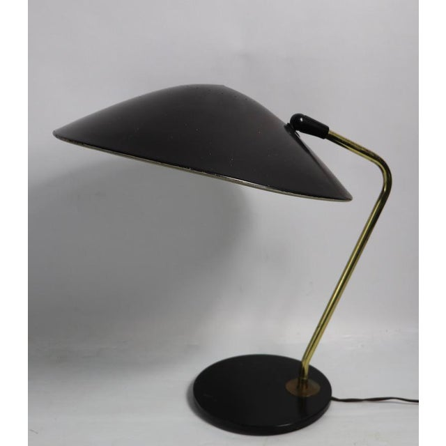 Mid Century desk lamp designed by aGerald Thurston for Lightolier. The lamp features a large saucer shaped disk shade (...