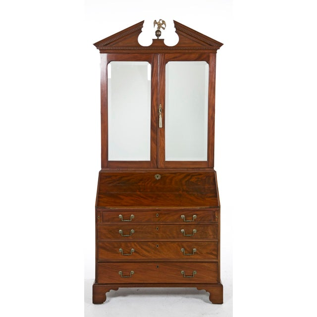 A nice early Georgian Secretaire – Bookcase made in the United Kingdom late in the 18th century. Having mirrored top doors...
