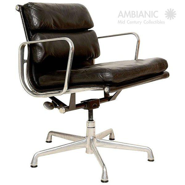 For your consideration a vintage soft pad chair for the aluminum group designed by Eames for Herman Miller. Original black...