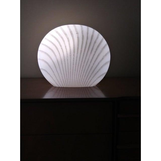 Glass 1960's Italian Murano Vetri White and Gray Swirl Shell Table Lamp For Sale - Image 7 of 10