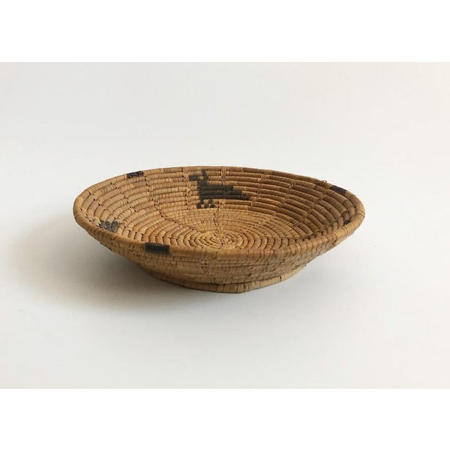 Early 20th Century Vintage Native American Tohono O'Odham Basket Tray With Bird Motif For Sale - Image 5 of 7