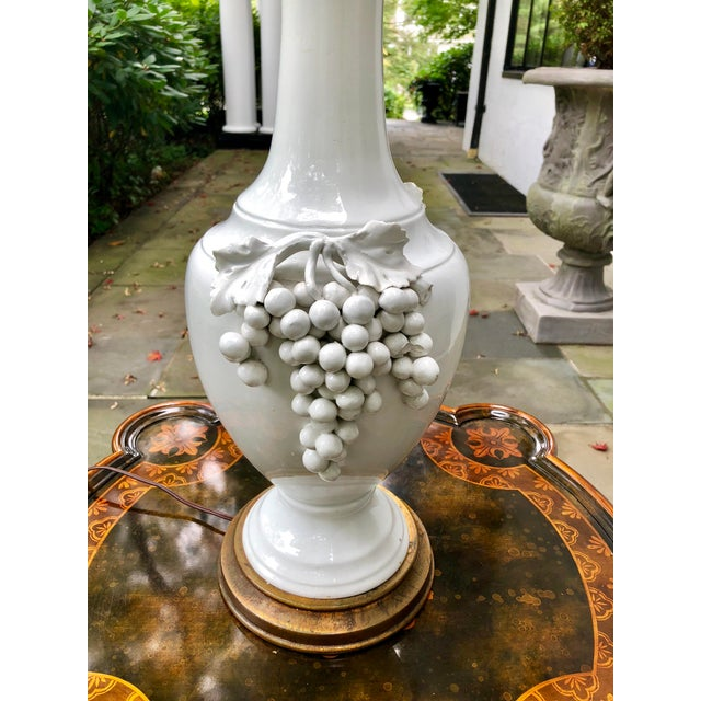 Traditional 1950s Vintage Frederick Cooper Porcelain Grapevine Lamp For Sale - Image 3 of 13