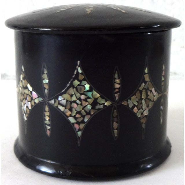 19th Century Antique French Napoleon III Chinoiserie Papier Mache Mother of Pearl Round Box For Sale - Image 10 of 10