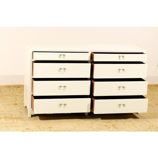 Stellar Restored Eight-Drawer Chest by Baker in Cream Lacquer, Circa 1970 For Sale In Atlanta - Image 6 of 10