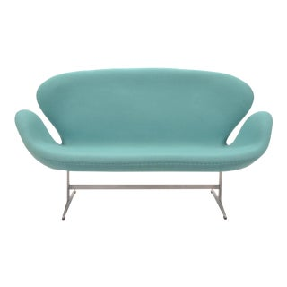 Arne Jacobsen Swan Sofa by Fritz Hansen For Sale