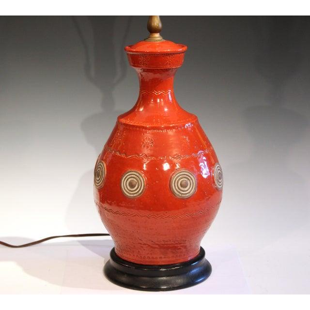 Mid-Century Modern Italian Rimini Raymor Mid-Century Modern Pottery Zaccagnini Red Orange Lamp For Sale - Image 3 of 11
