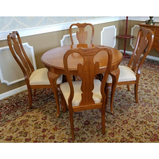 Queen Anne 1990s Carleton Oak Drexel Heritage Queen Anne Round Dining Room Set For Sale - Image 3 of 11